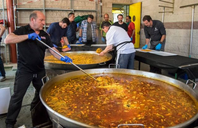 1.200 personas en una nueva paella gigante realizada por Catering Comidas Populares
